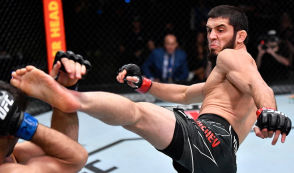 """""""Makahchev"""" locks """"Moises"""" to surrender in the 4th round of UFC FIGHT NIGHT"""